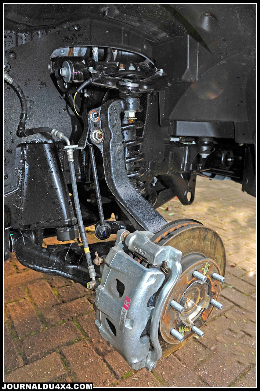 Les freins à disques ventilés avant de 302 mm font aussi dans l'efficacité et l'endurance, les aides électroniques dédiées au freinage et à la stabilisation se font oublier sans qu'on ait à se pencher sur le bouton de l'ESP. Le Ranger freine droit quel que soit le relief de la piste.