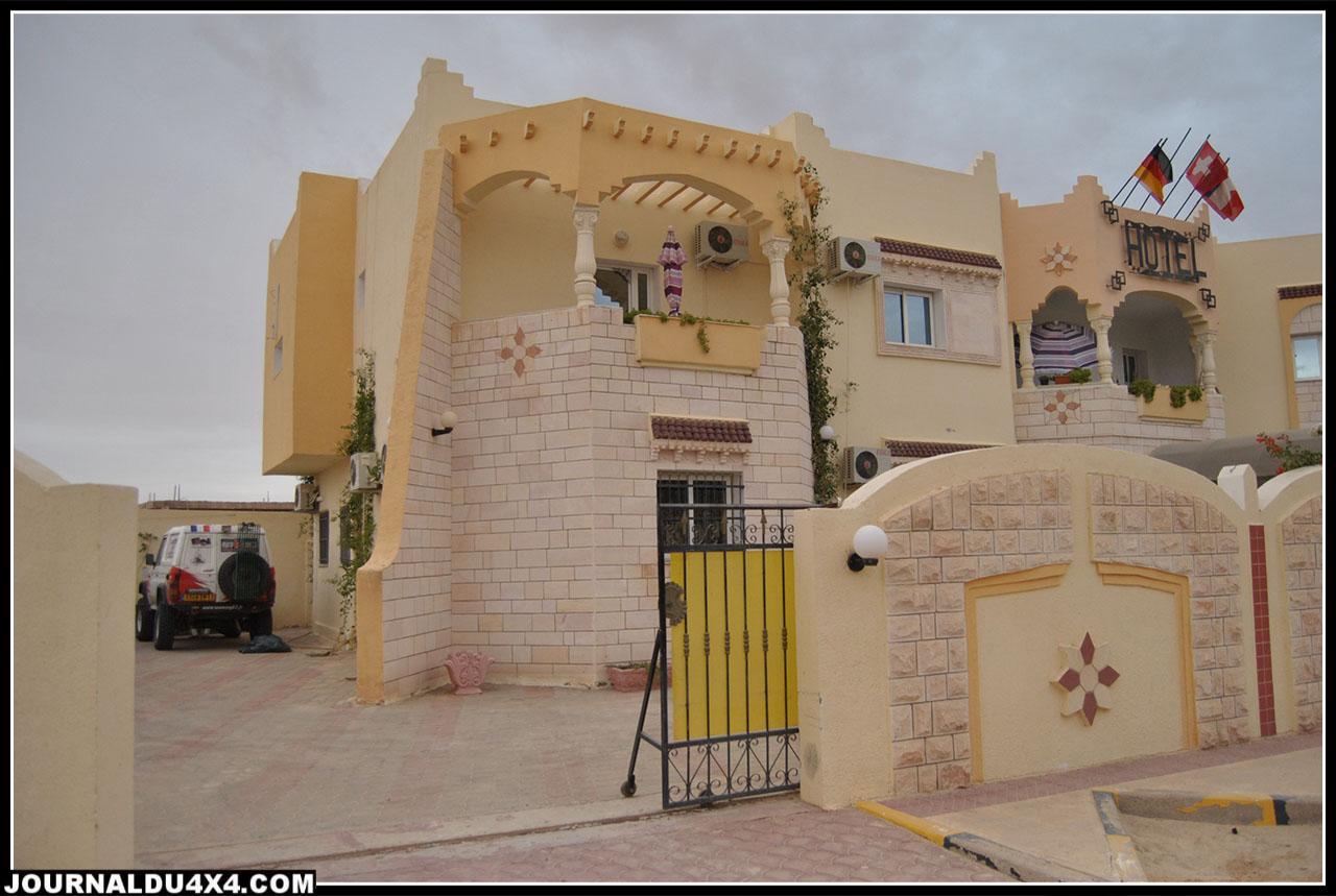 e Toy dans la cour de l'hôtel le Dar Khalifa à Douz