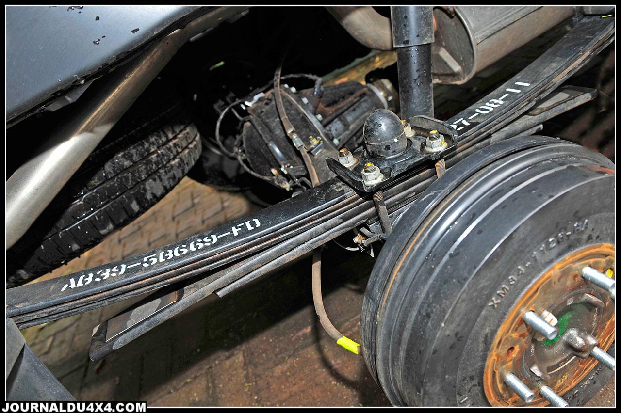 Avec ses lames de ressorts arrière et ses tambours de freins (270 mm), le Ranger respecte la tradition des pick up dur à cuir équipés bête de somme. Mais, la surprise du confort de roulage fut réelle y compris sur pistes rapides sans charges dans la benne.