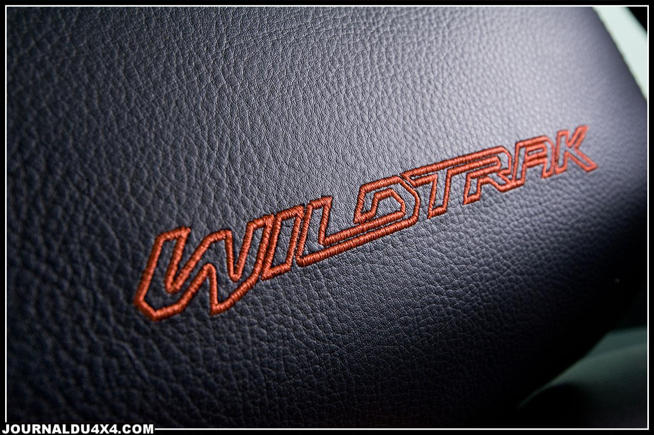 Wildtrak, on ne peut pas se tromper, c'est orange cuivré et on le rappelle sur les appuis tête au seuil de porte éclairé.