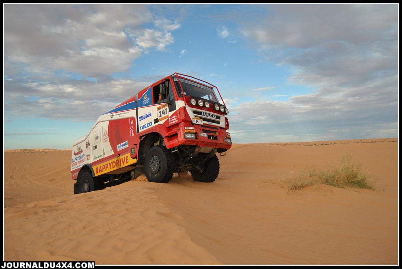 notre rencontre avec un camion de course en pleine séance d'entrainement dans un cordon de dunes