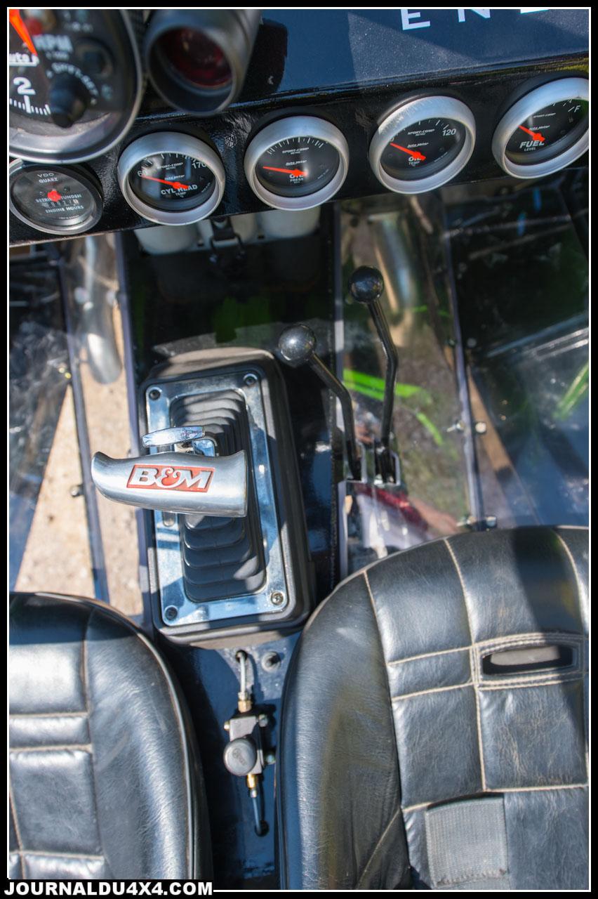 La boite de vitesse est la célèbre TH400 3 rapports que l'on trouvait sur les modèles de Général Motors des années 70 et est accouplée à une boite de transfert Dana 300 avec un kit de pignons Low Max JB Conversion qui apporte une réduction 4/1 Elle est aussi équipée d'un kit Twin Stick qui permet de craboter les pont indépendamment : avant / arrière / avant + arrière. Le convertisseur de couple est lui celui d'origine AMC il n'a pas été modifié. Pour accoupler les boites de transfert et de vitesse il faudra utiliser un kit Advance Adapteur.