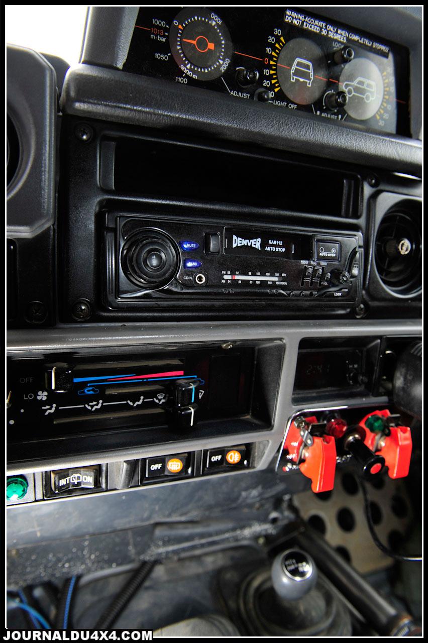 Sur la console centrale d'origine, on retrouve simplement de quoi activer les phares additionnels et la pompe à eau électrique. Le coupe- circuit est placé à main gauche.