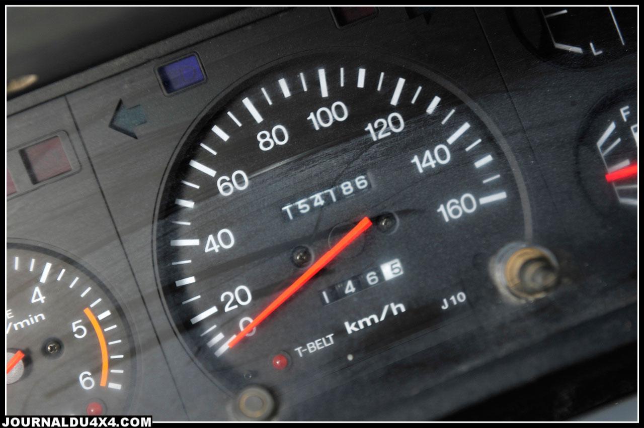 Pratiquement d'origine, la planche de bord de l'utilitaire Toyota. Il était fait pour vivre à la dure, pourquoi changer?  Acheté pour environ 4 000 €, ce LJ de base ne comptait que 154 000 km au compteur.