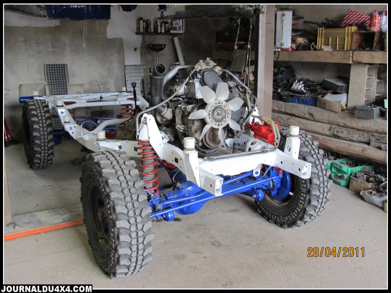 Une fois les supports moteur déplacés, l'ensemble châssis et ponts (révisés), part en peinture accompagné de la carrosserie
