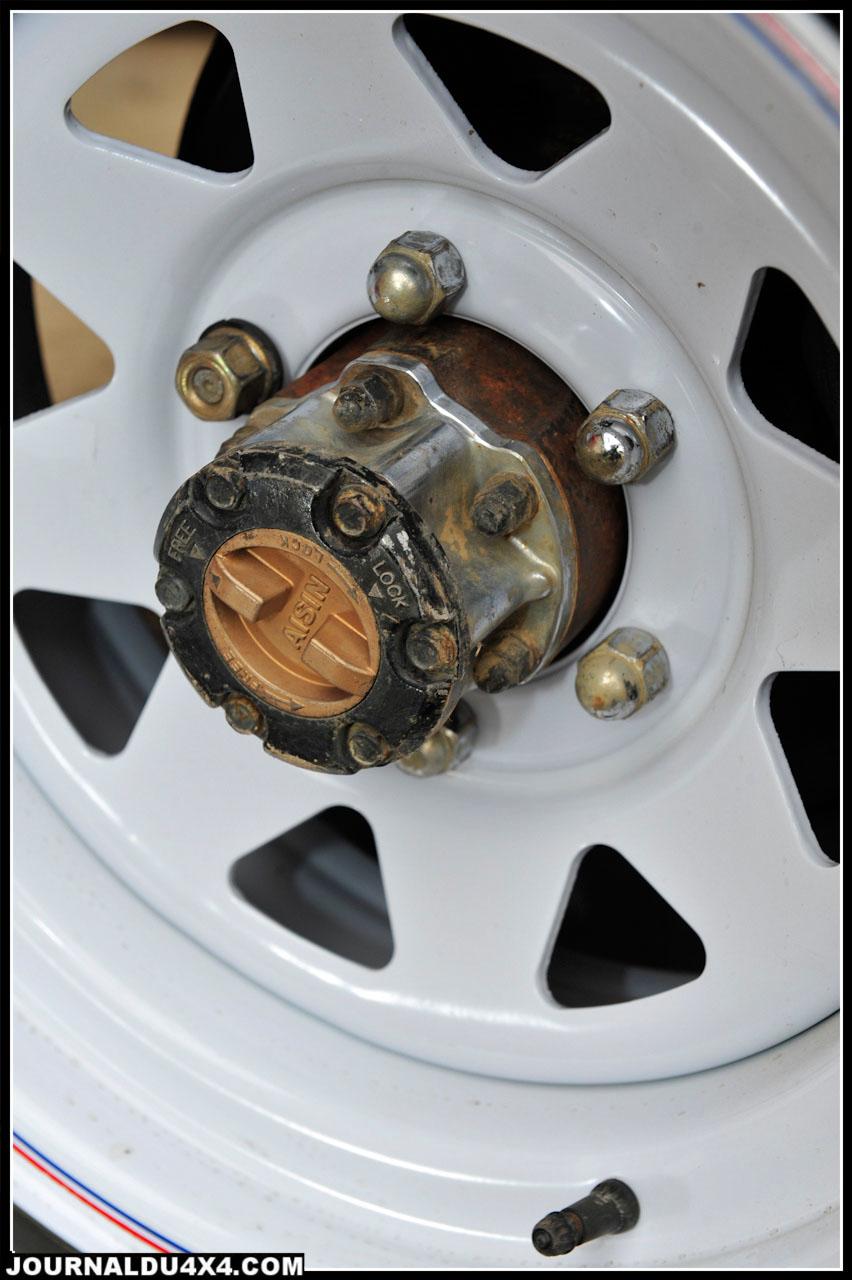 On retrouve les classiques moyeux débrayables Aisin, alors que les jantes Triangular à déport (20mm) sont équipées de pneus Sirocco 235/ 85 x 16 de chez Fedima.