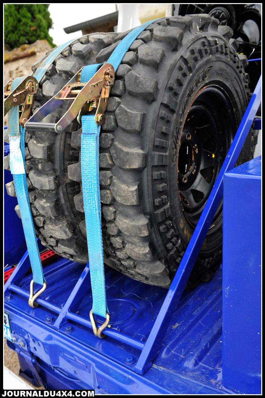 La benne arrière donne accès aux deux roues de secours, au cric Hi-Lift et à deux caissons de rangement en polyester.