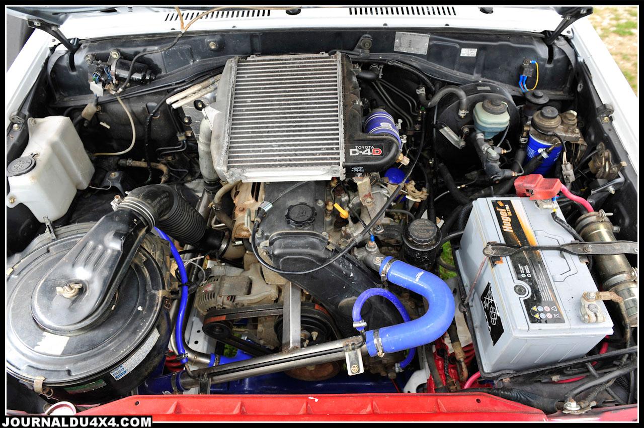 C'est sous le capot désormais équipé d'une écope d'air que le Toy LJ d'origine (seconde génération), c'est fait KZJ. Le bloc 4 cylindres 2,5L Td a laissé place au 3,0L (1KZ-T) que l'on a prit soin de munir de l'intercooler du récent D-4D. Une fois la pompe modifiée et la pression du turbo augmentée, on dispose d'environ 160 vrai chevaux vapeur…Et du couple à revendre!