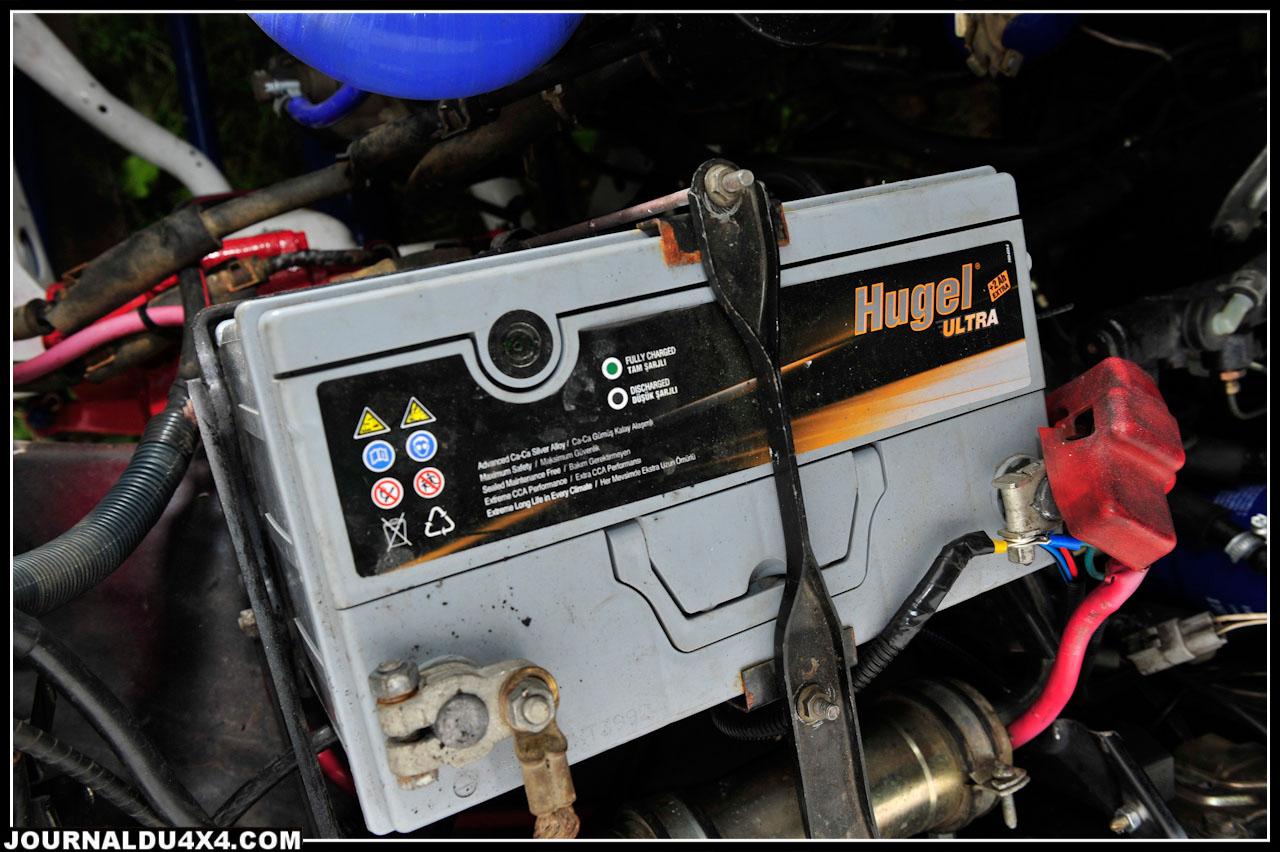 Travail soigné sans aucun doute, on note la batterie neuve, les durits de refroidissement savamment disposées et le boîtier de direction entièrement rénové.