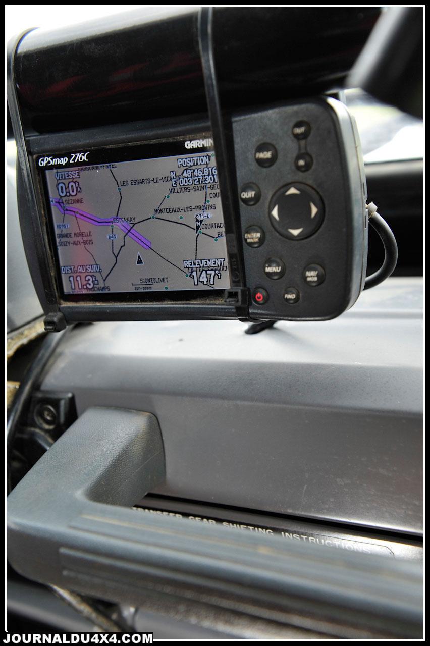 Côté copilote, on retrouve les indispensables GPS Garmin 276C et le Terratrip.