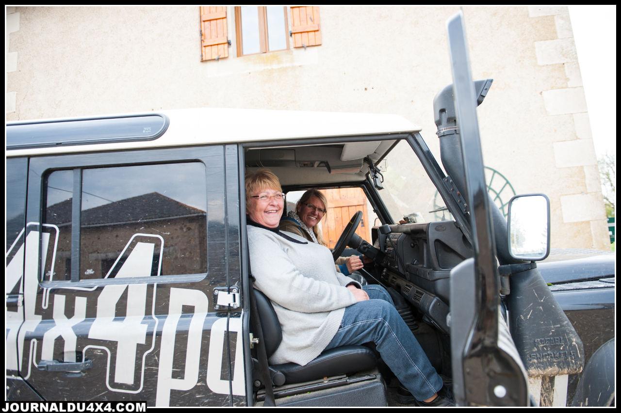 Françoise au volant avec Claude à ses côtés (Euro4x4parts & Outbak Import en partancer pour une balade)