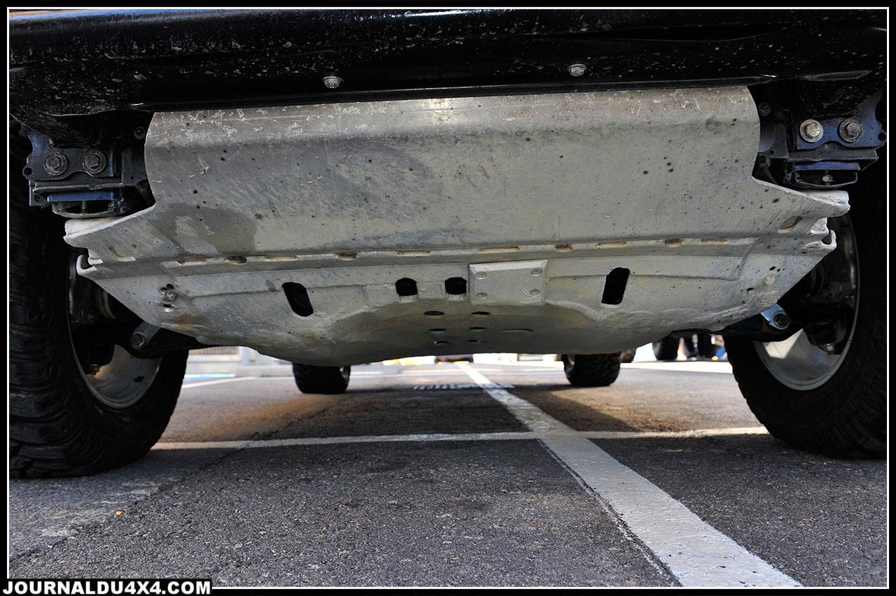 Le blindage avant aluminium fut bien sûr réalisé sur mesure par un ami. En revanche celui du réservoir d'origine Porsche semble un peu juste.