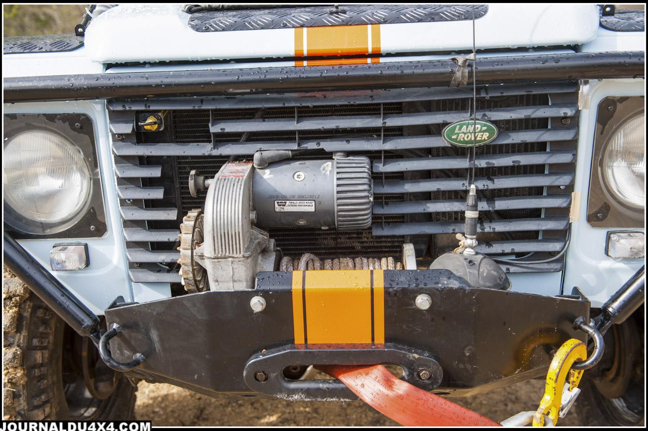 Pour s'extraire des bourbiers ou passer au dessus des rochers, une seule solution: le treuil. Ici ils sont au nombre de deux, un énorme Warn 8274 à l'avant et un T-max 9500 à l'arrière, tous les deux équipés de corde plasma. Ils sont au choix soit commandés par une commande sur le treuil, par une commande à l'intérieur du Def, ou par une télécommande.