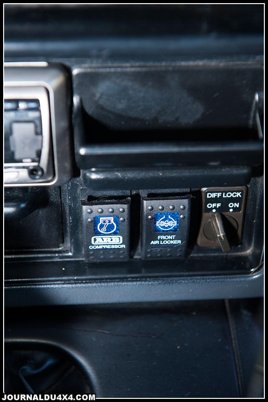 Elle dispose en plus des commandes du blocage ARB d'un manomètre de pression de turbo pour surveiller son  moteur, de commandes de freins séparées pour naviguer entre les obstacles et bien sûr de son porte bonheur!