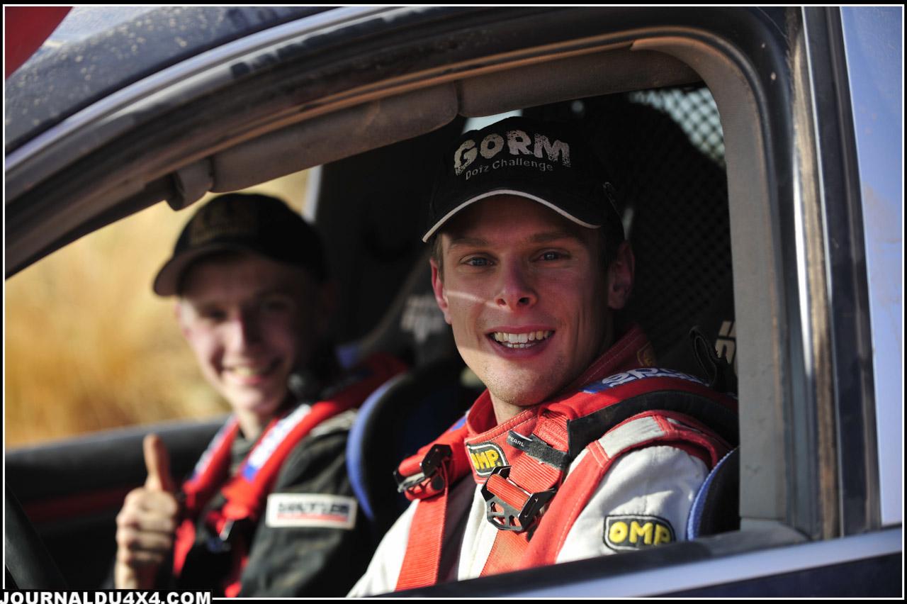 Adversaires sur les rallyes du fameux GORM, Championnat Allemand TT, Markus Walcher (23 ans) et Jan Holtz (20 ans), forment ici durant une semaine un équipage de jeunes talents  prometteurs. Le but ultime est évidemment d'acquérir assez d'expériences pour participer un jour au Dakar.