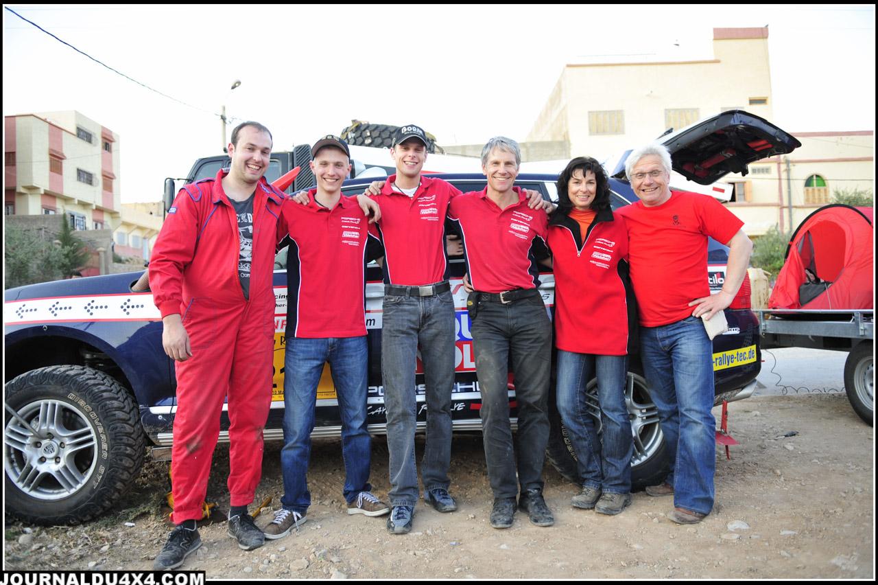 Sur le Tuareg Rally 2011,  l'ambiance familiale est de mise. Si Papa Gerhard a sorti l'Unimog, c'est que pour lui aussi, rouler dans les dunes est un bon entraînement pour le Dakar 2012.