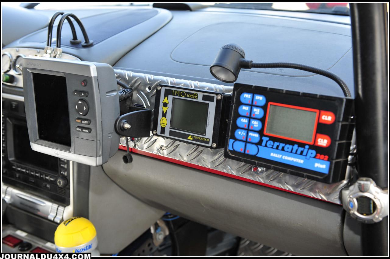 Le copilote dispose du large écran du GPS Garmin Map 521, d'un Terratrip 202+ et d'un IMO 100 R Touratech qui reprend les principales informations fournies par les instruments de bord d'origines (Vitesse, régime moteur, températures, pressions, kilométrage…).