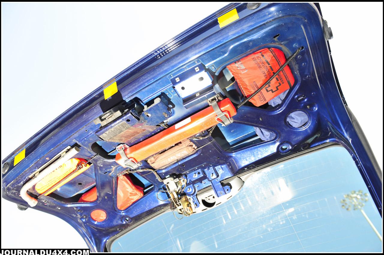 Le hayon arrière permet lui aussi de ranger l'indispensable trousse de secours, clé à roues et triangle.