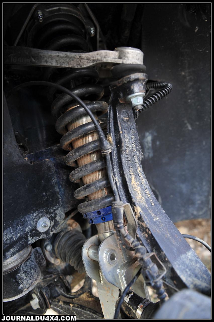 """Cette Porsche change de suspensions, c'est la seule modification autorisée dans la catégorie """"Standard"""" sur le GORM (mis à part les équipements de sécurité). On retrouve ici un amortisseur Fox à bonbonne séparée par roue, il est adapté grâce à une jambe de force et combiné à des ressorts ERS (Eibach Race Spring) pour une rehausse de 64 mm. Un ensemble mis au point par le Hollandais 4Grip."""
