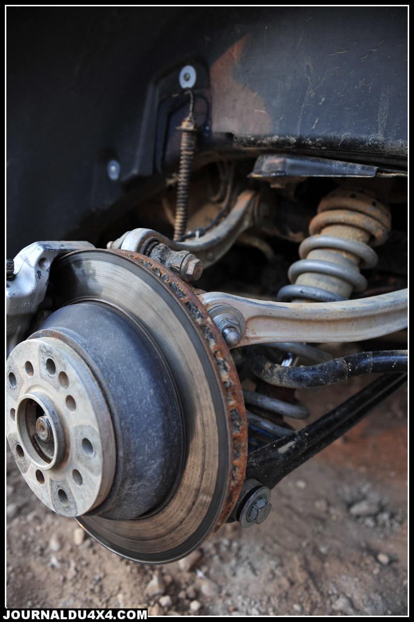 À l'arrière, si l'on retrouve la même combinaison (sans jambe de force), il a fallu inventer! En effet, les amortisseurs chauffaient tant ils sont à l'abri de la caisse. Si les bonbonnes sont placées dans la caisse, la bonne solution viendra d'un puissant ventilateur double dont les conduits sont dirigés vers les corps d'amortisseurs.
