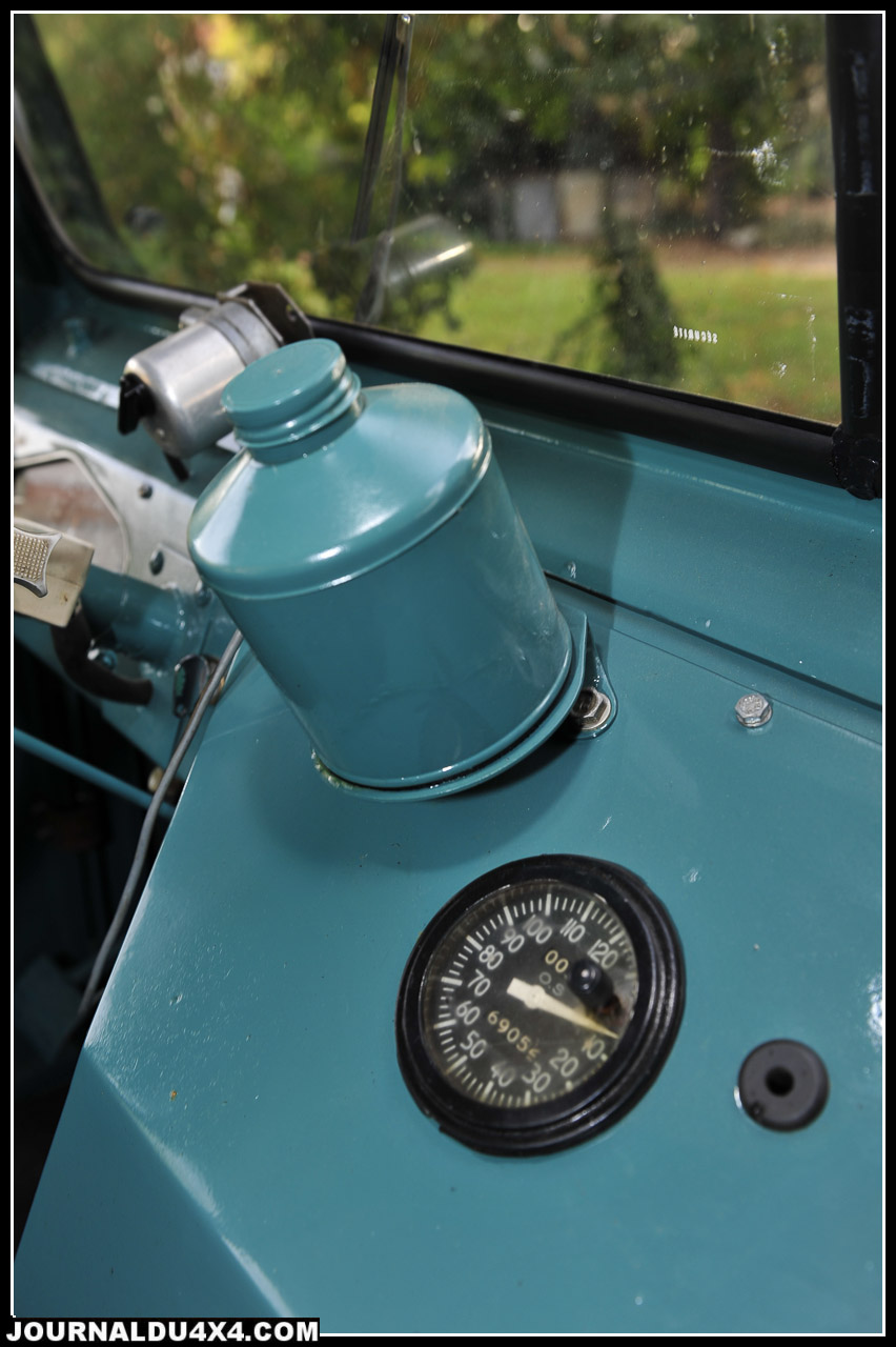 Les instruments de bord? Piqués à l'époque sur les tracteurs International. Nombre de tours maxi du moteur; 3500 tr/mn.