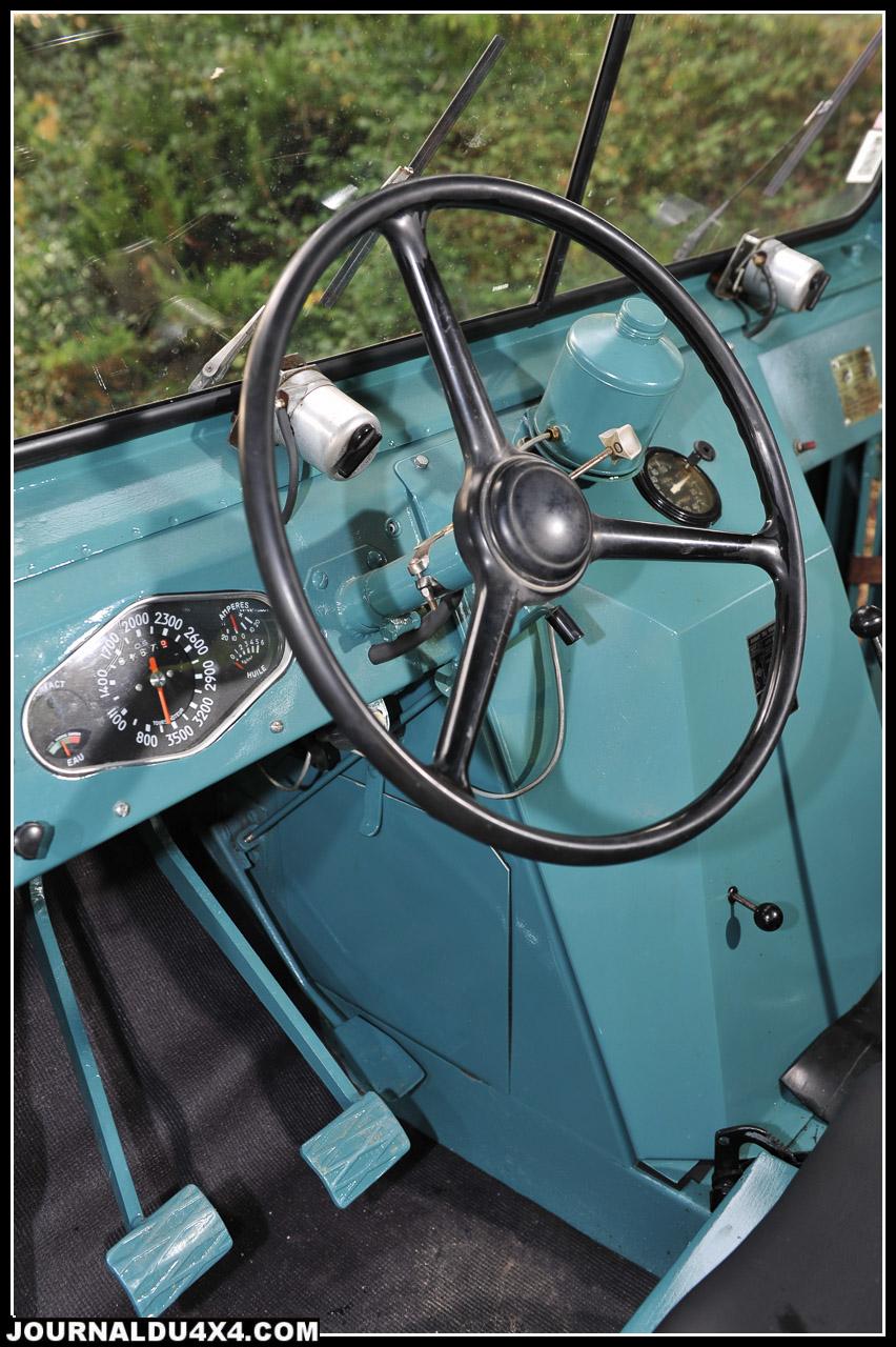 Les Cournil étaient de vrais puzzles. Ici, le comodo d'une 2CV, les clignotants d'un Dauphine. Et l'on ne parle pas du volant de Tube Citroën.