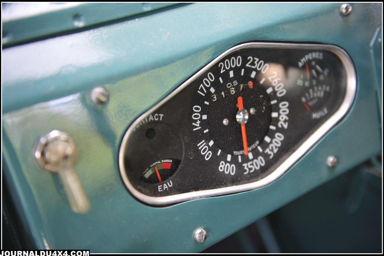 Et pas de compteur horaire, un vrai compteur vitesse pour cette version…Sport? Située juste à côté, la petite nourrice tampon de gasoil, pour lancer le moteur. Agricole? Il suffit de conduire ce Cournil…Frein à main et pédalier sont conçus pour durer.