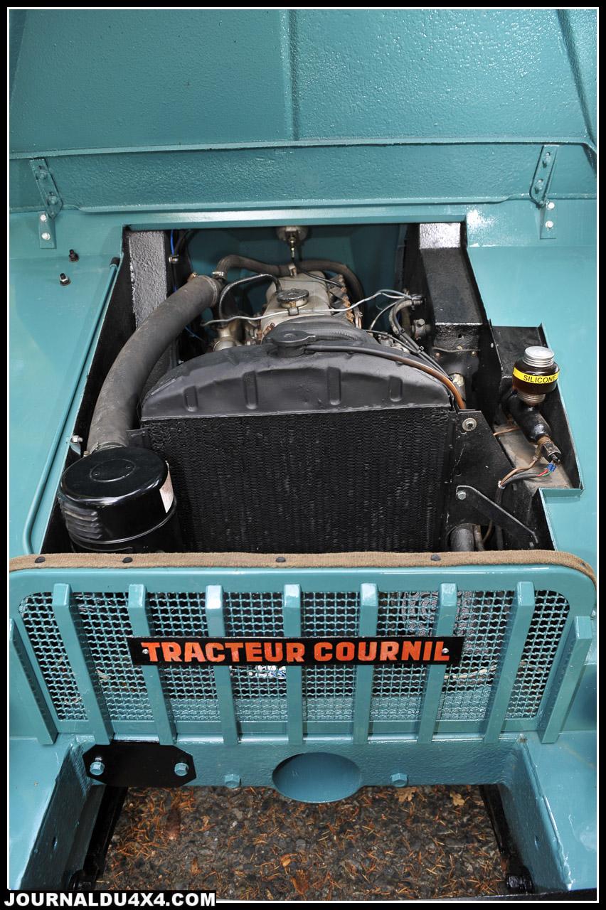 Le moteur en position centrale avant, il faut passer par les trappes intérieures pour intervenir sur démarreur et pompe. Sous le lourd capot en tôle pliée se cache le moteur Ricardo type Comet 5 à 4 cylindres (3 paliers), un diesel atmosphérique de 2.25L. Il offre encore aujourd'hui environ 34 ch à 2160 tr/ mn pour un couple de 15 m/Kg à 1600 tr/mn. De l'inusable même si l'on s'en sert avec un taux de compression de 20 à 1. En cas d'usure, il existe 4 cotes de réalésage. Quand il n'y aura plus de pétrole, ce bloc sera encore là! et sa tournera au Colza…