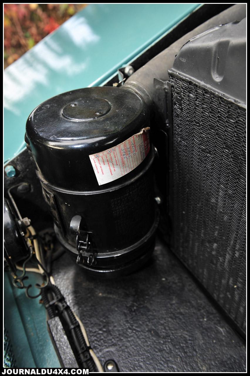 Tout est surdimensionné. Du filtre à bain d'huile au radiateur. On note que Fernand en amateur d'ancienne, n'utilise pas les liquides de freins actuels sur ses anciennes, mais exclusivement du silicone. Moins agressif pour le circuit, c'est tout aussi efficace.