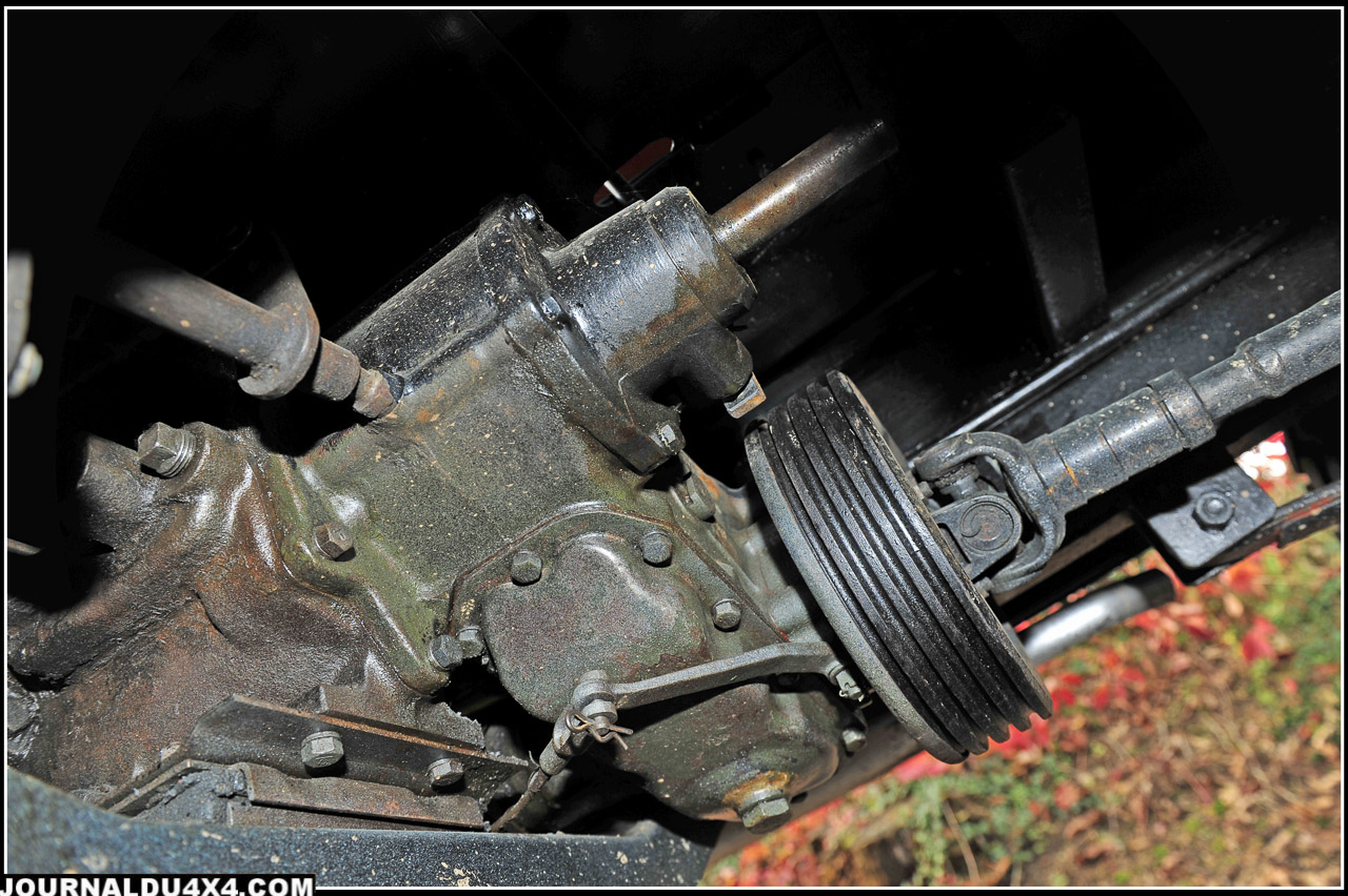 Les boîtes de vitesses et de transfert de Jeep? La preuve, elles sont encore vert armée. On note la présence de l'arbre de force et de la poulie pour les outils Cournil.