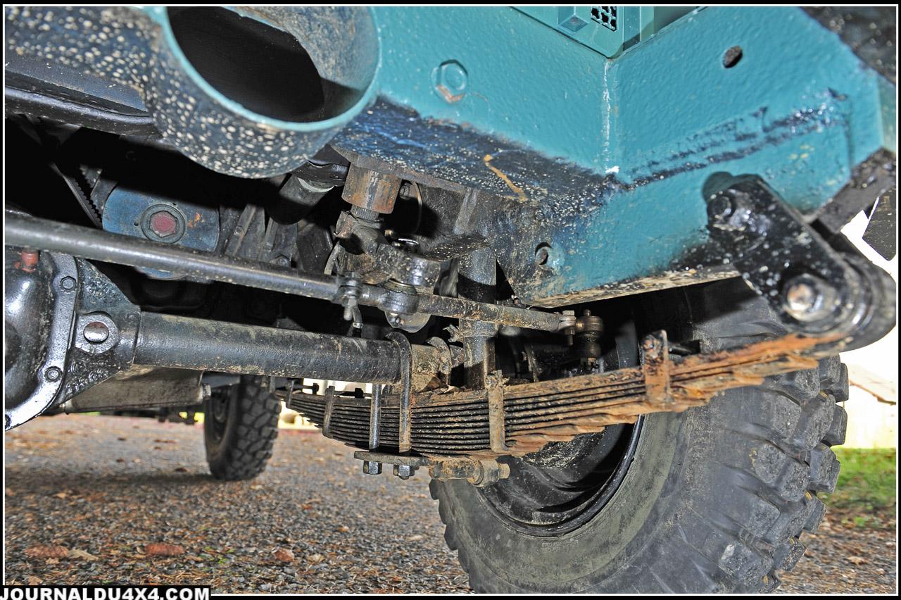 Les dessous? la panoplie des transmissions de le Jeep M38A1 au grand complet. Il était recommandé de bien graisser les paquets de lames de ressorts pour un meilleur amortissement.