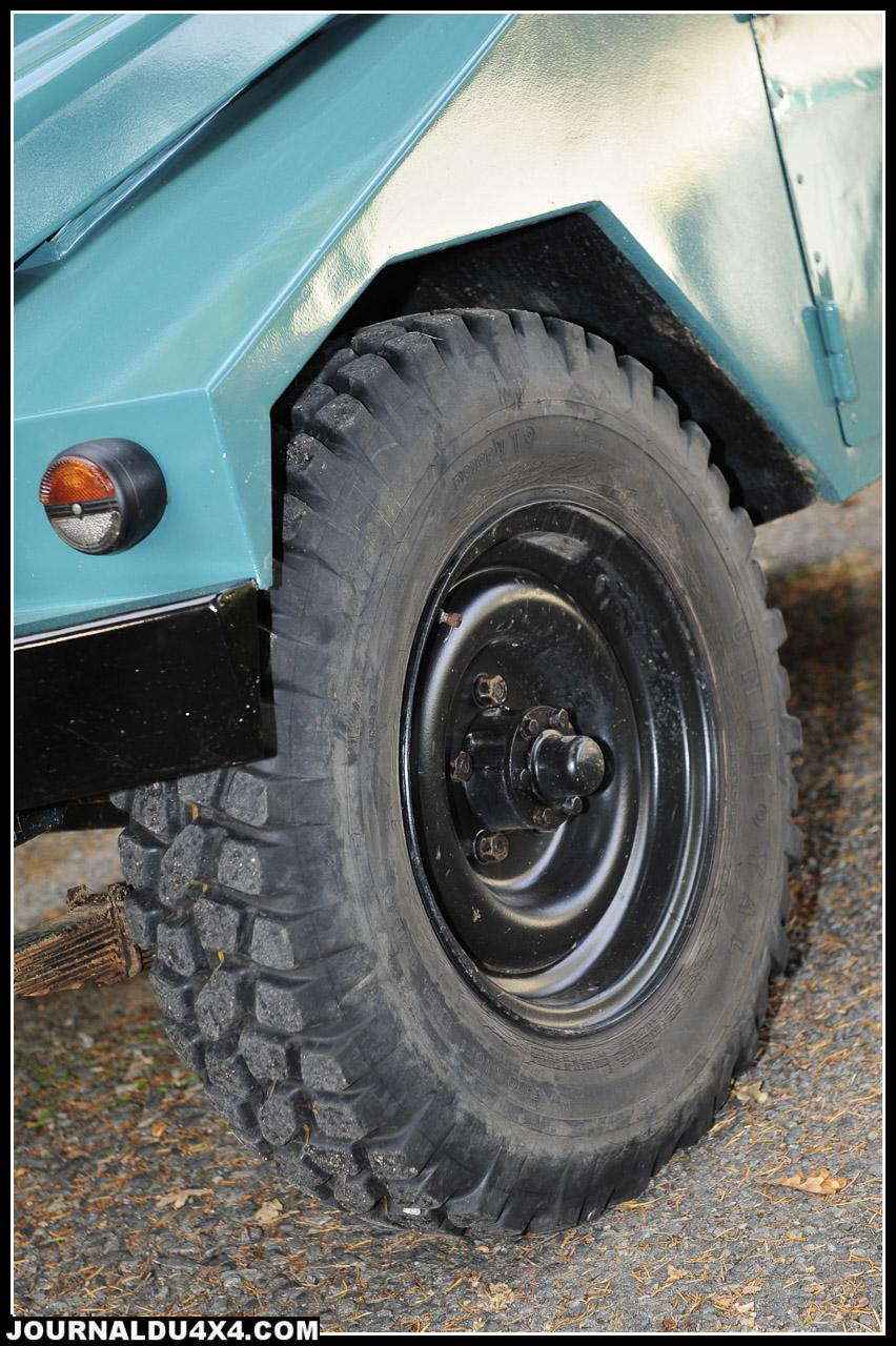 Pas question de pneus modernes sur ce collector. Ici, de l'Uniroyal monoply T9 en 700 R 16. Ne cherchez pas, ça n'existe plus!