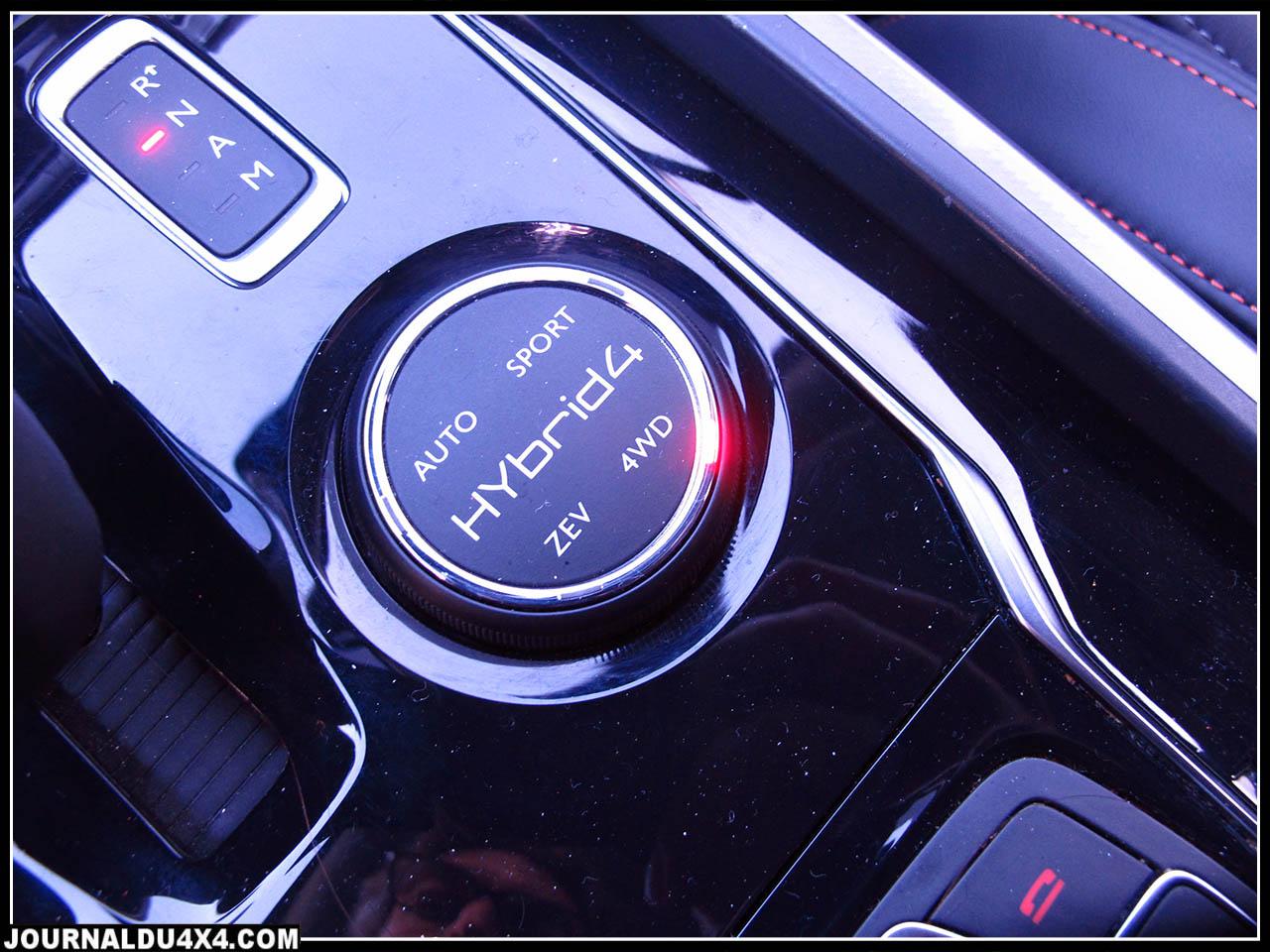 ZEV (Zero emission Vehicle), le second « Auto », précède le « Sport »qui agit sur la rapidité des passages de rapports, et enfin le mode 4×4 qui conserve les roues arrière motrices en permanence
