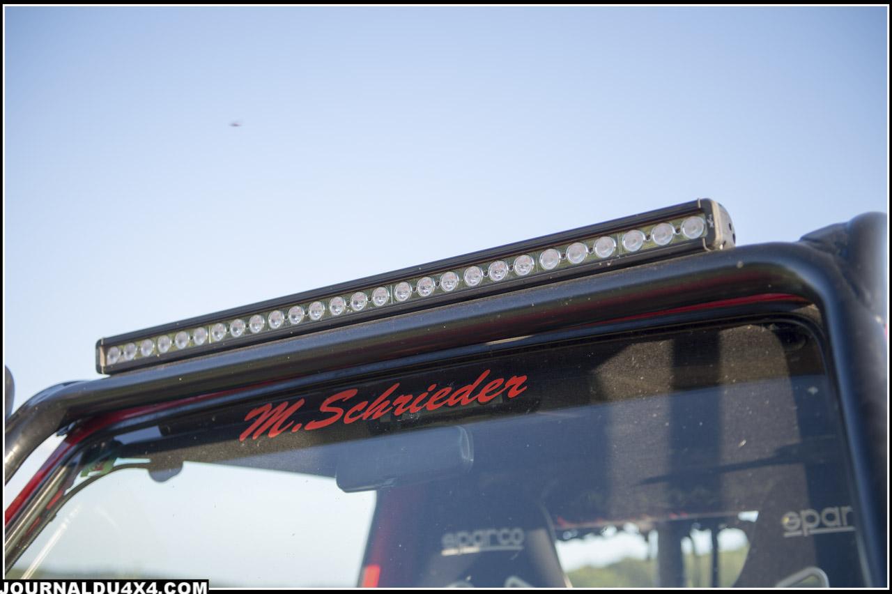 Au niveau des éclairages la rampe à Led permet un éclairage à large faisceau tandis que les Hella montés sur le A Bar apportent une visibilité à longue distance.