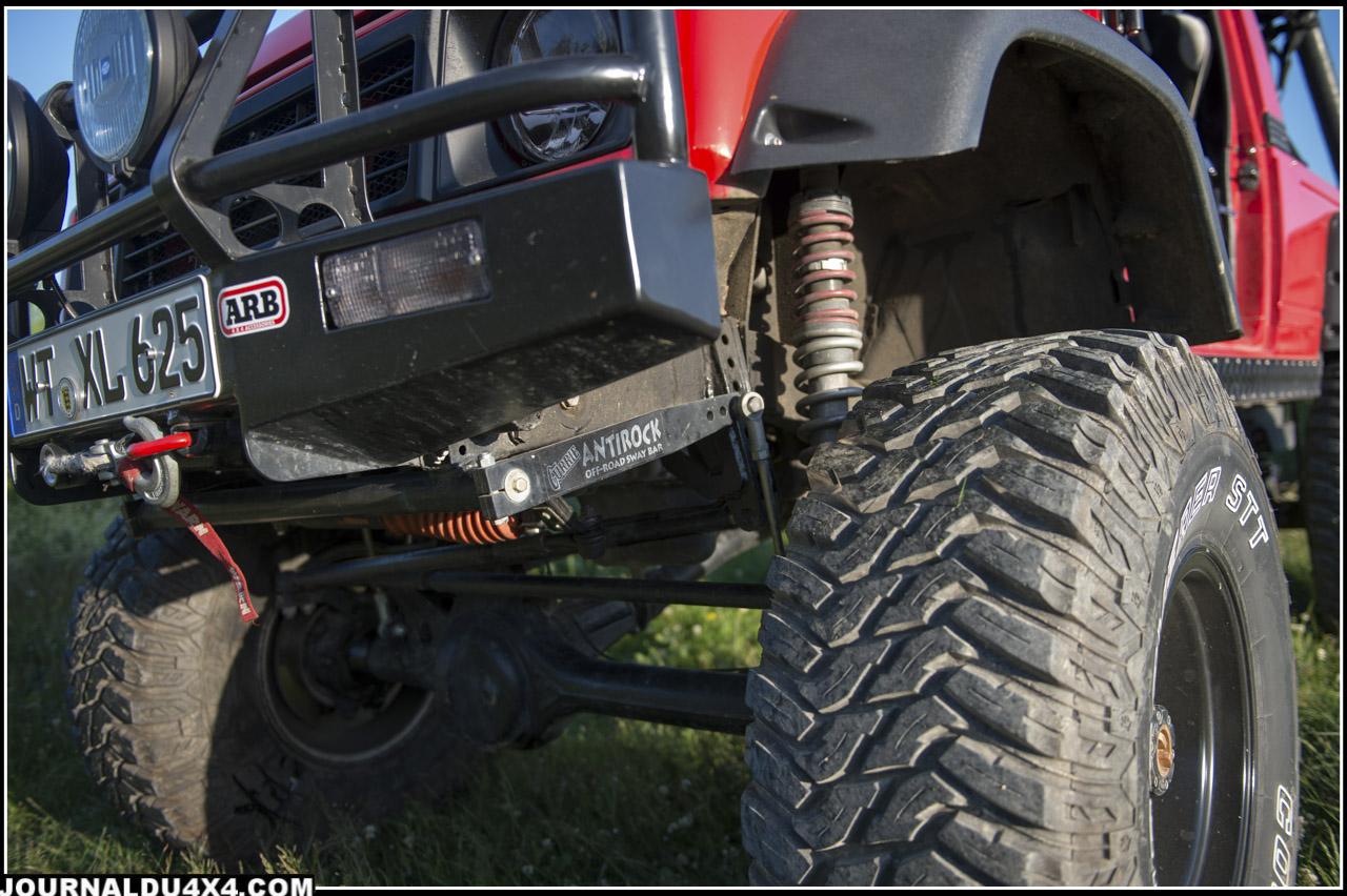 Il a fait appel à des barres de torsion Antirock des chez Currie qui permettent de pousser les ponts vers le sol en évitant au maximum les roues en l'air. L'engin y gagne donc en capacité de motricité.