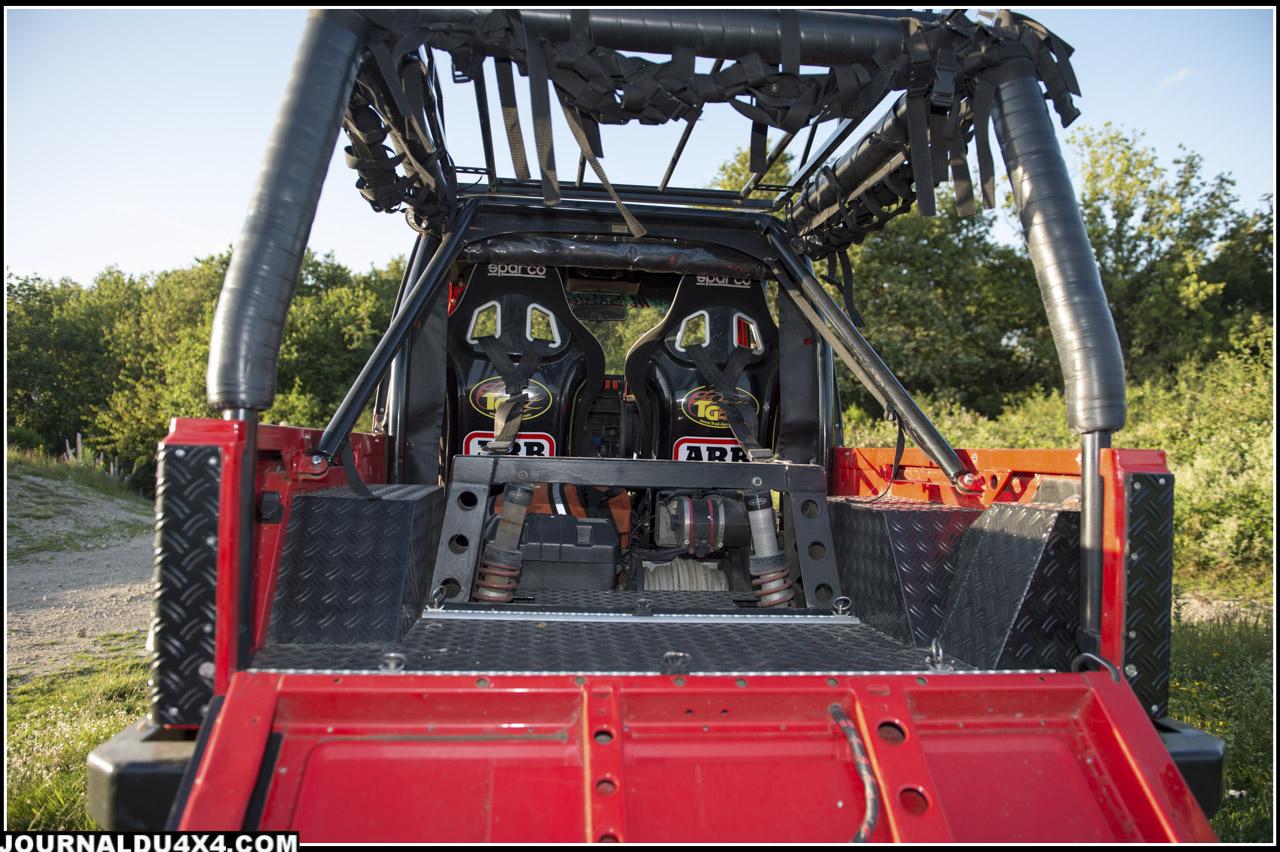 La benne et la partie arrière de la carrosserie sont elles même protégées par des plaques d'alu strié noir du plus bel effet.
