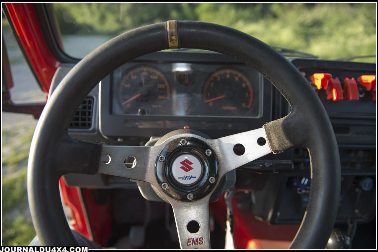 Le tableau de bord est d'origine mais le volant est remplacé par un modèle compétition.