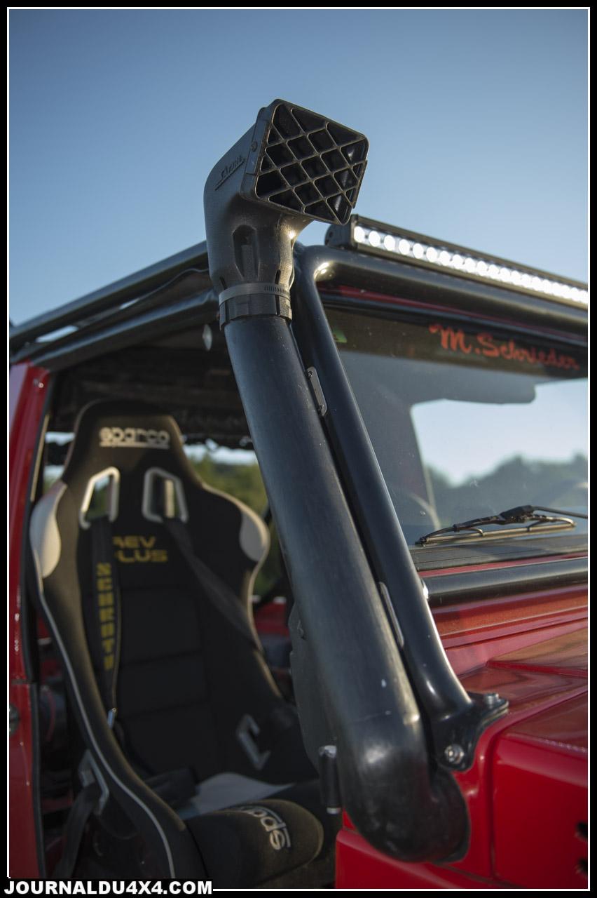 Un snorkel monté sur le flanc droit du Suzuki permet d'approvisionner en air pur et frais le moteur.