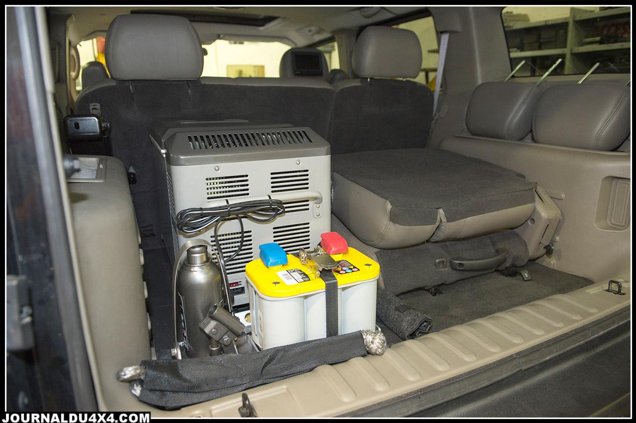 le frigo Engel, sa batterie Optima Jaune et un cric bouteille complètent l'aménagement