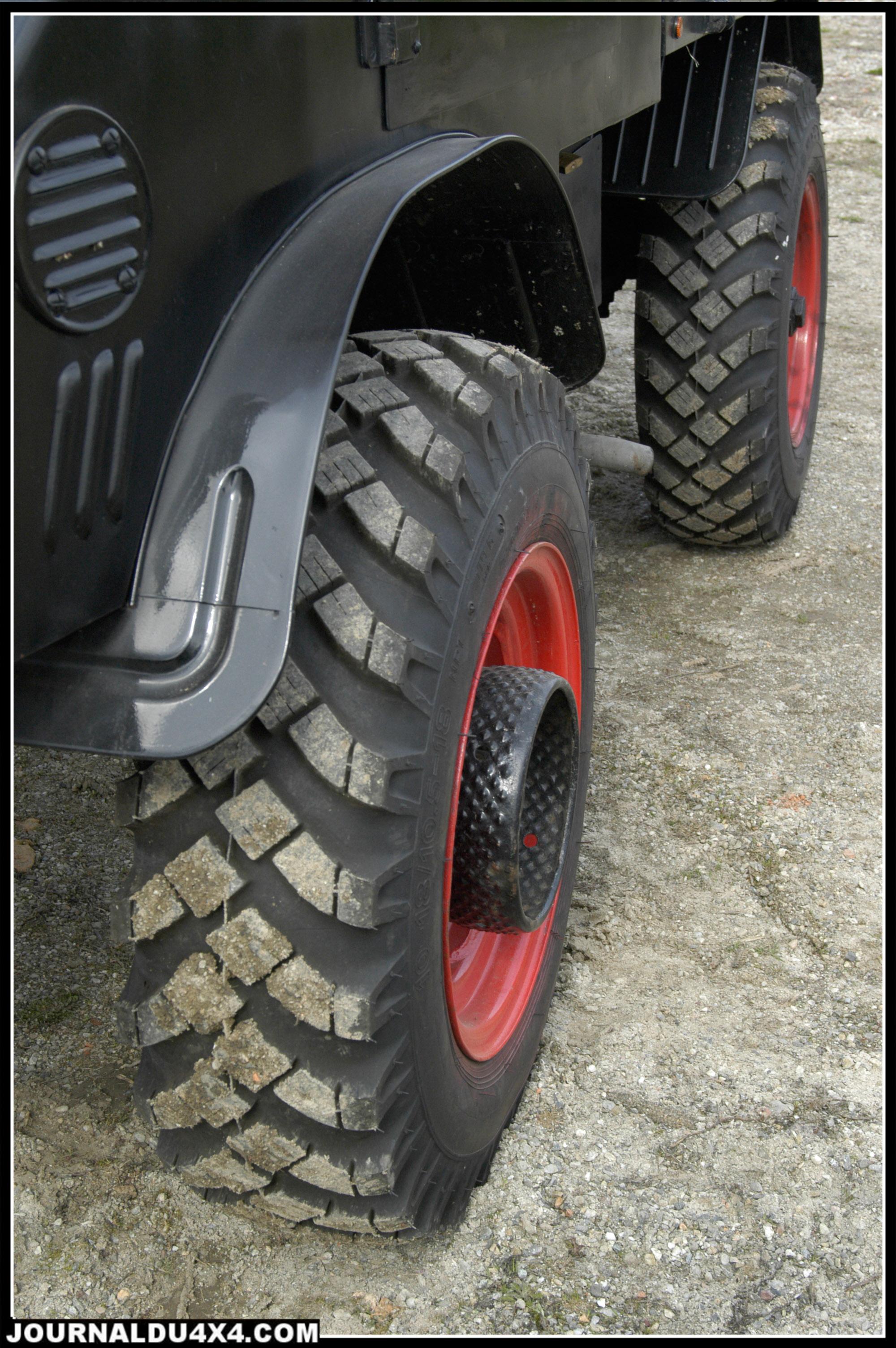 On remarquera le sens de montage des pneus inversé. Ceci permet une meilleur tenue de cap sur route et une usure réduite pour cette monte agricole qui tiens pourtant bien «le pavé»…à 50 km/h. Des 10-18/ 10.5-18 de la marque Rigdon.