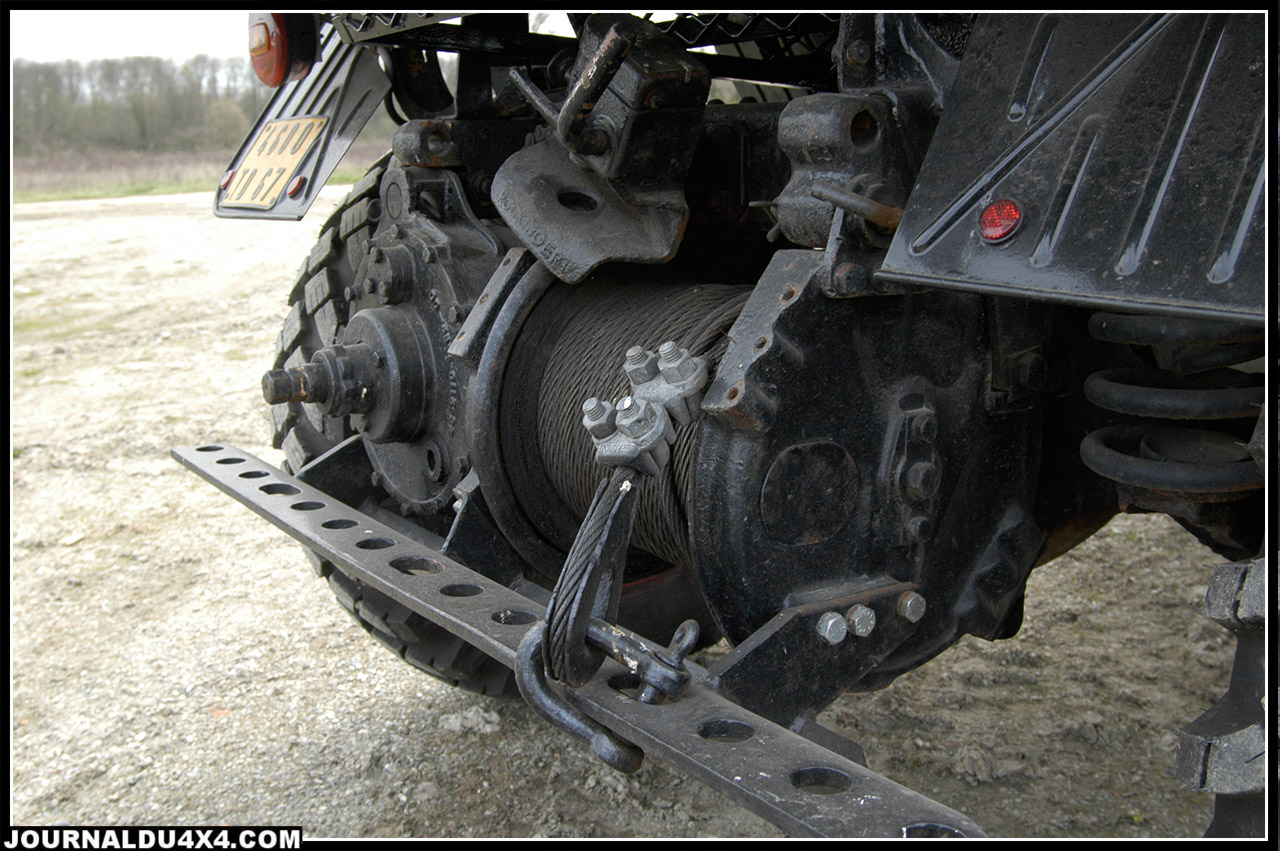 à l'arrière, la totale, le treuil 3,5 Tonnes et ses 70 mètres de câbles de 11mm de diamètre. La prise de force et l'ancrage de remorque et la prise de frein de remorque.