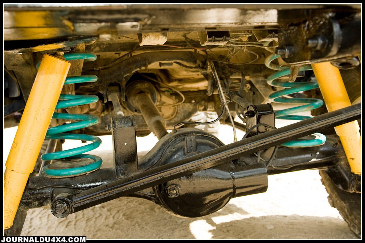 Il a fallu inventer des solutions pour la suspension de ce Rhino. Ressorts Dobinson + 12 cm montés 8 cm plus bas couplé  avec des amortisseurs à très grand débattement + 20 cm, voilà qui permet d'avoir un engin qui passe partout sans pour autant se dandiner comme trop souvent avec des fortes rehausses.