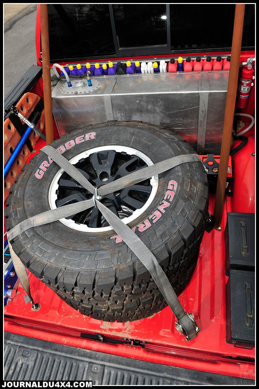 La spacieuse benne du Raptor reçoit sans problèmes l'équipement indispensable; Deux roues de secours et le cric à main qui va de soi, deux batterie Ener Sys, caissons de rangement, pelles et plaques sable.