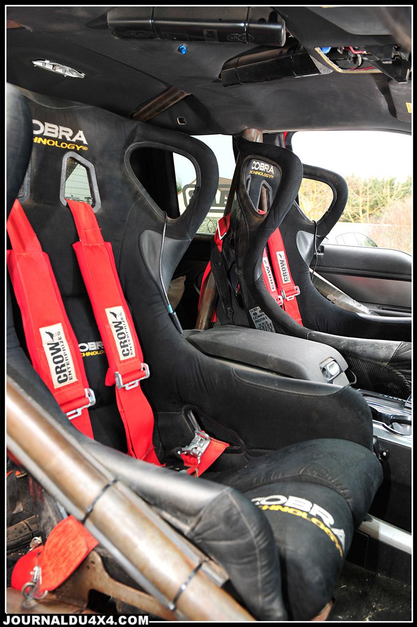 Encore poussiéreux, les sièges  baquet Cobra sont d'un confort et d'un maintien exceptionnels. Durant le Dakar, il faudra inverser à plusieurs reprises les sièges droite et gauche en fonction du pilote du jour…Les habitués de l'assistance rallye raid apprécieront l'ampleur de la tâche! On note la présence des filets de fenêtres obligatoires.