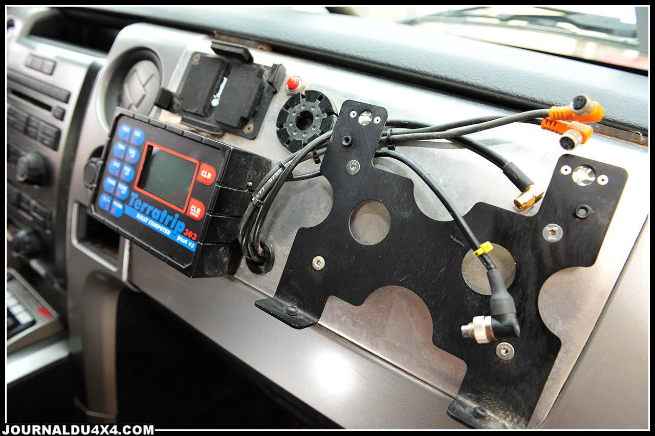 Côté copilote, seul le Terratrip 303+V3 subsiste. Le GPS et les appareils des systèmes Sentinel  & Iritrack sont rendus en fin d'épreuve à TD Com.