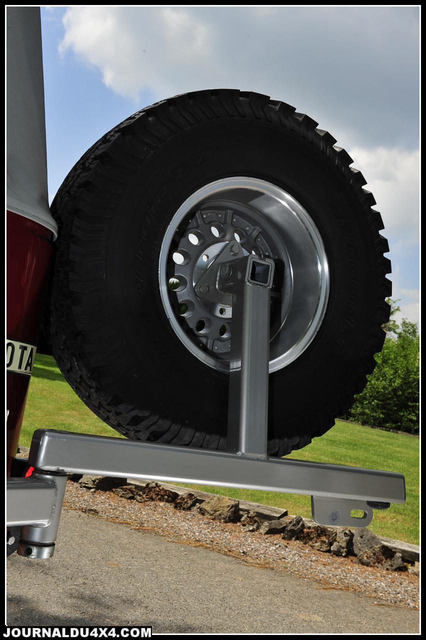 Le hayon arrière impose le porte roue de secours. Ici, un robuste modèle 4MF.