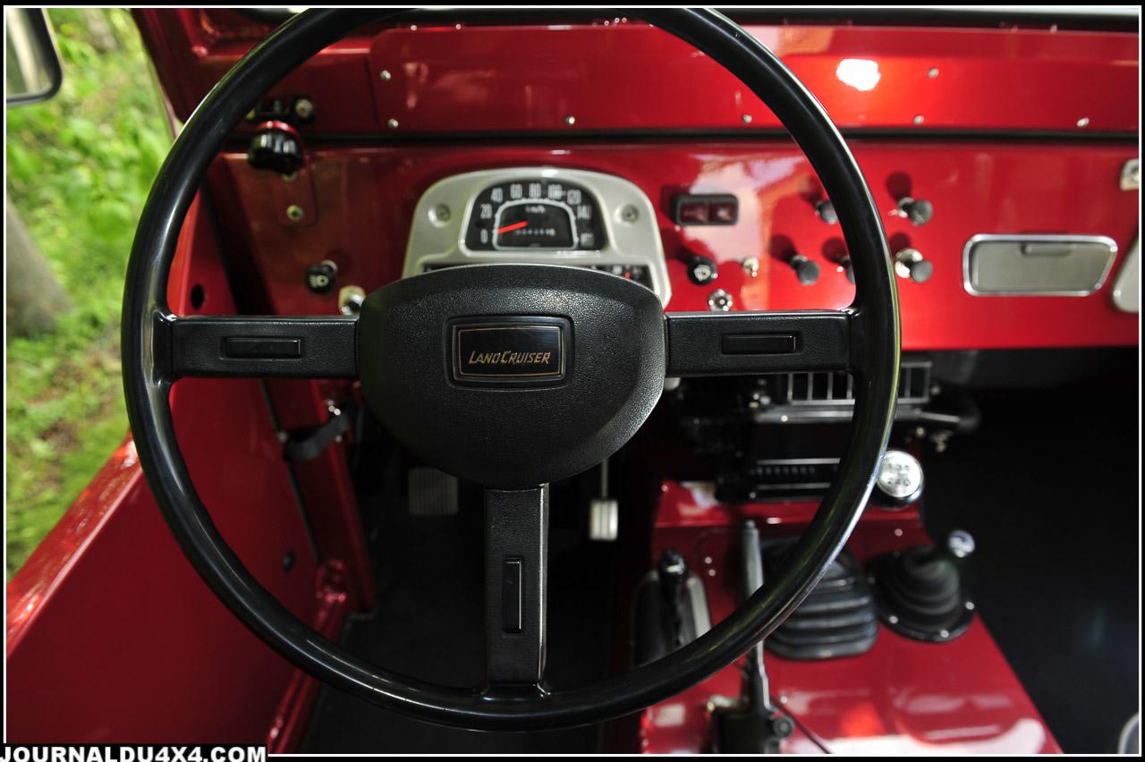 Pas de concession au modernisme sur ce tableau de bord d'époque si ce n'est la couleur Rouge rubis pas vraiment au catalogue Toyota. Mais elle fait partie du craquant de cette histoire.