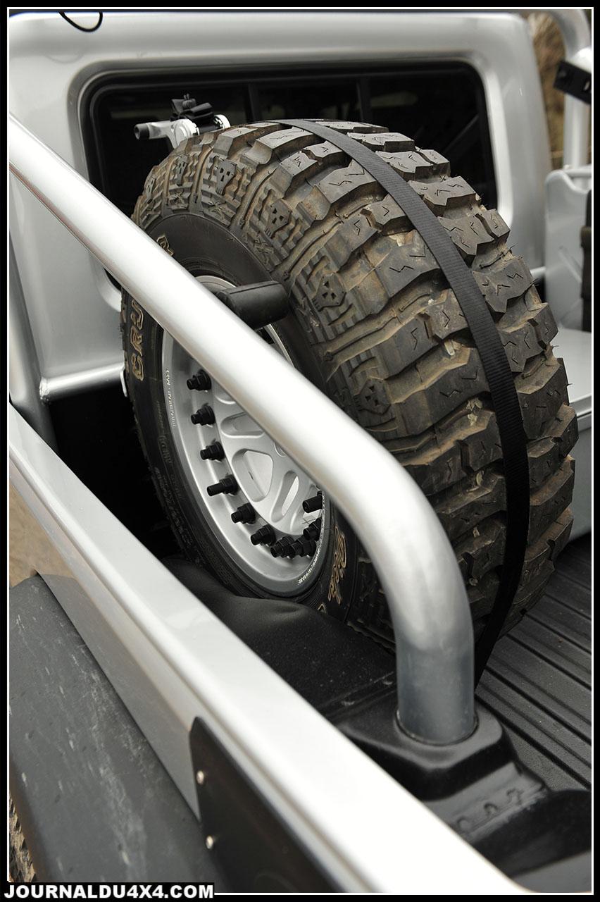 La benne arrière est équipé (en option), d'un arceau 4 points d'un support de roue de secours et d'un jerrican. L'ensemble est peint aux couleurs de la Jeep.