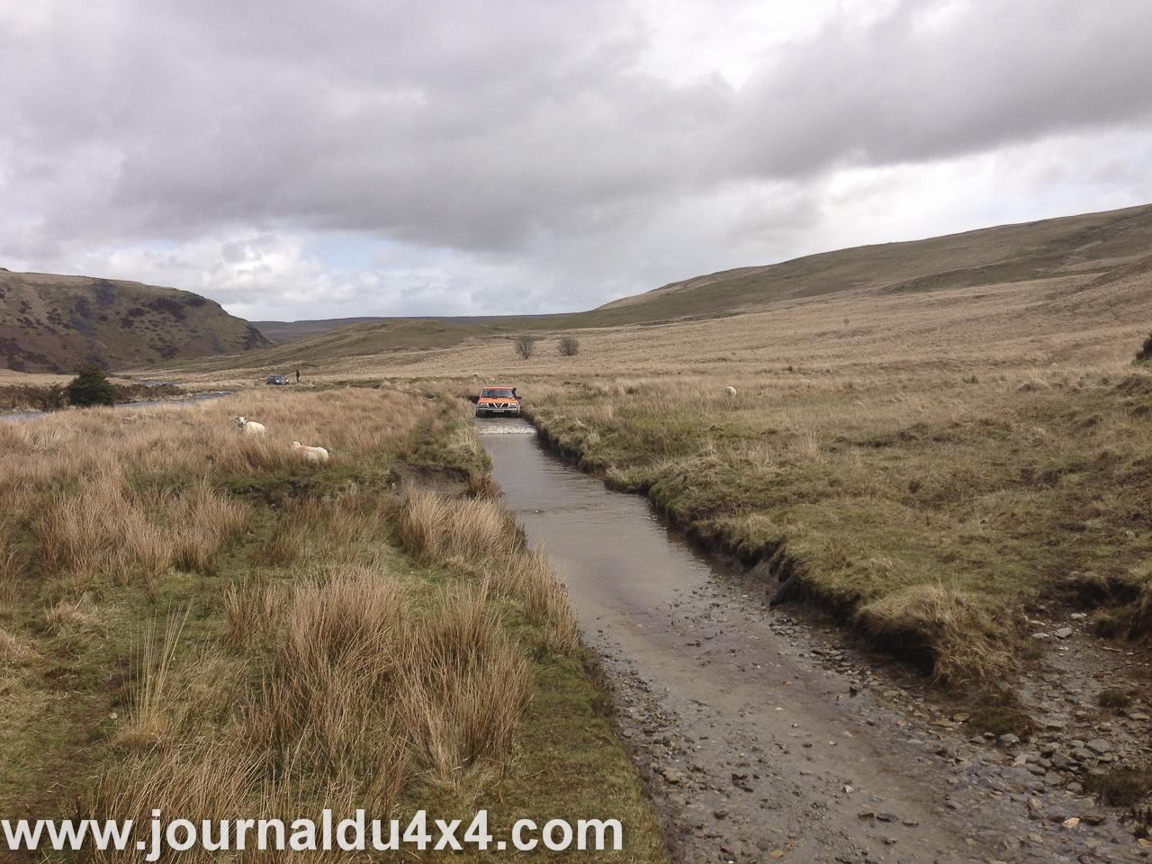 il y a beaucoup d'eau sur les pistes après l'hiver, cela permet d'avoir des passages très sympas
