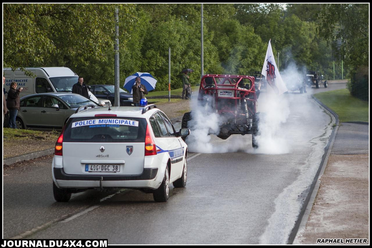Petit burn lors de la parade au Trial Truck de Montalieu, le tout sous escorte !